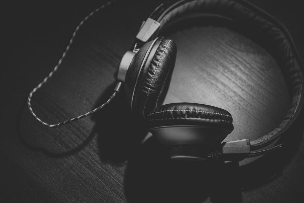 headphones-690685_1280