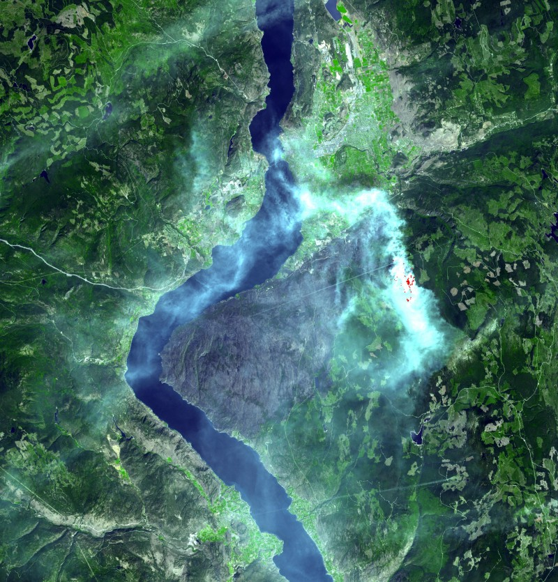 Figure 1. Satellite image in natural colours of the fire location and the surrounding area.  In white is the smoke from the fire, in red inside the white area are fire hotspots of intense heat.