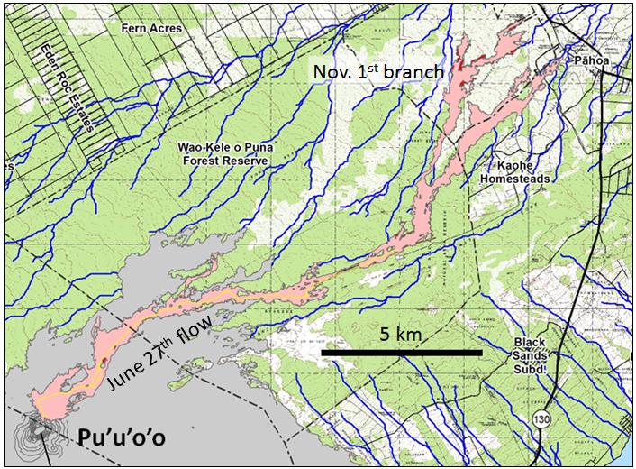 """El Observatorio de Volcanes de Hawaii Encuesta Geológica de Estados Unidos (HVO) mapa muestra aquí, de fecha 29 de enero de 2015, muestra el contorno de lava que empezó a fluir al noreste de Pu'u 'O'o el 27 de junio de 2004 (la """"Junio 27a flujo de lava, """"también conocido como el'flujo de lava del Rift'). El flujo llegó a la localidad más cercana, Pahoa, el 29 de octubre, después de cubrir una distancia de 20 km en 124 días. Después de dañar alguna al oeste de la infraestructura Pahoa, el flujo se detuvo el avance. Un nuevo brote se produjo el 1 de noviembre de ramificación hacia el norte de la corriente principal a unos 6 km al suroeste de Pahoa."""