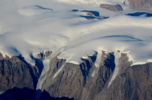 Figure 16.7 Part of the continental ice sheet in Greenland, with some outflow alpine glaciers in the foreground. [SE]