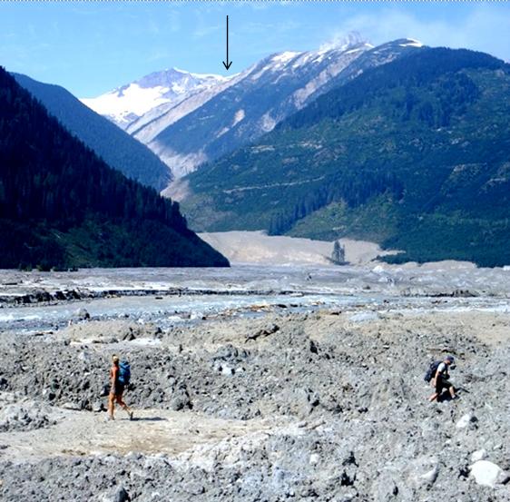 Fotografía con una flecha que apunta en la parte superior de la imagen en la ubicación del origen del Monte avalancha de rocas magro era.