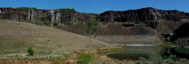 Figure 16.28 Potholes Coulee near Wenatchee, Washington, one of many basins that received Lake Missoula floodwaters during the late Pleistocene. Here the water flowed from right to left, over the cliff and into this basin. [SE]