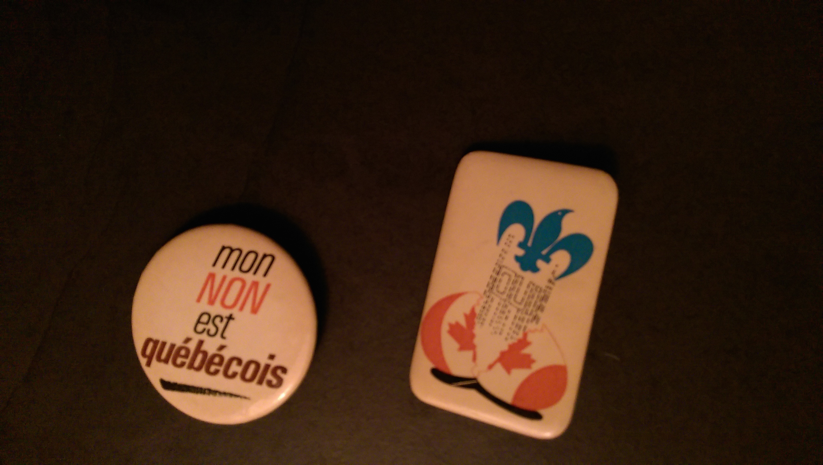 Two badges from the 1995 Quebec independence referendum. Long description available.