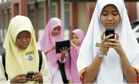 The Malaysian Ministry of Education announced in 2012 that it will enable students to bring handphones to schools under strict guidelines Image: © NewStraightsTimes, 2012