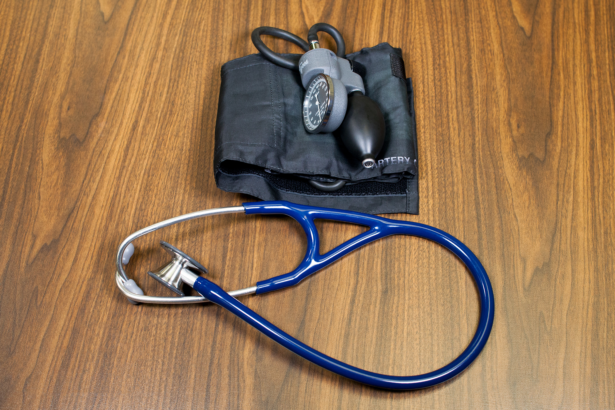 Manual blood pressure equipment including a blood pressure cuff with a sphygmomanometer and a stethoscope